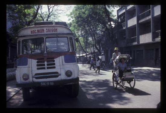 Xe khách Hóc Môn - Sài Gòn trên đường Trần Hưng Đạo.