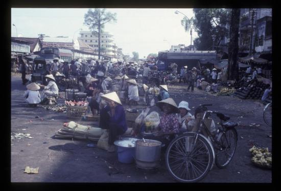 Khu chợ tạm trên đường Nguyễn Thái Học.