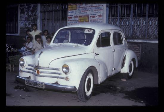 Chiếc ô tô cổ lỗ bên đường Trần Hưng Đạo.