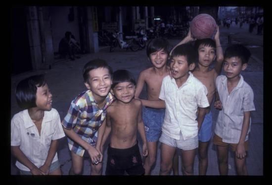 Trẻ em Sài Gòn năm 1990.