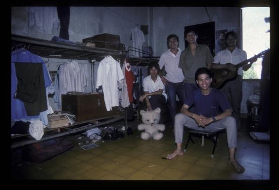 Các sinh viên nam trong một ký túc xá ở Sài Gòn năm 1990.