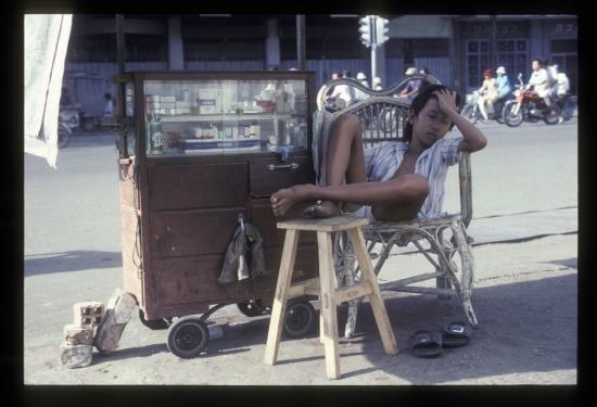 Quầy bán bán thuốc lá vỉa hè ở Chợ Lớn.
