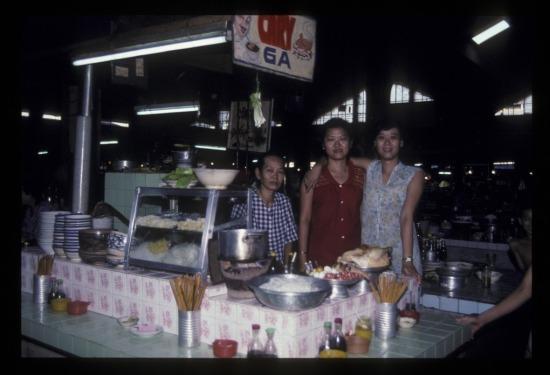 Quầy hàng ăn trong chợ Bến Thành.