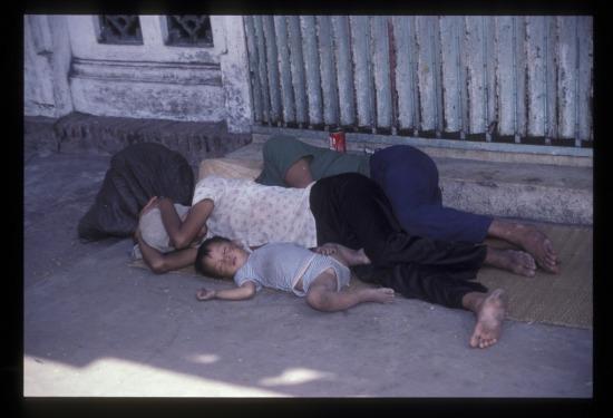 Một gia đình mới từ quê lên Sài Gòn kiếm sống ngủ vạ vật trên hè phố Trần Hưng Đạo.