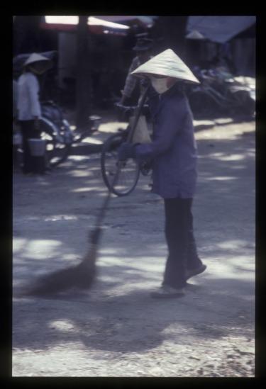 Người lao công trên phố.