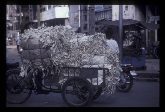 Xe ba gác chở giấy vụn trên đường Trần Hưng Đạo.