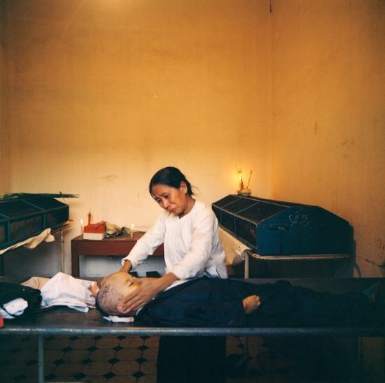 Tại nhà xác, một người bà đau đớn trước thi thể đứa cháu bị chết vì bom đạn Mỹ.
