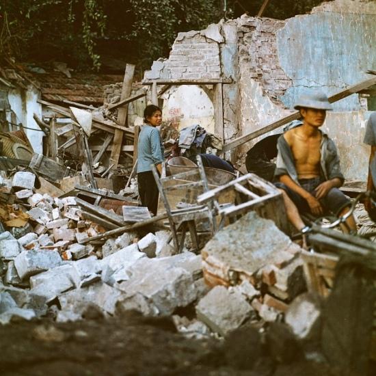 Người dân tìm kiếm tài sản còn sót lại trong đống đổ nát của ngôi nhà mình.