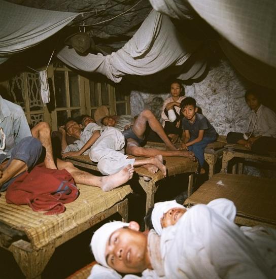 Các nạn nhân của bom đạn Mỹ trong một bệnh viện dã chiến dưới lòng đất.
