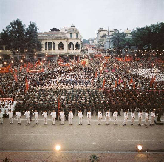 Cuộc mít-tinh lớn được tổ chức ở quảng trường Cách mạng Tháng Tám, Hà Nội.