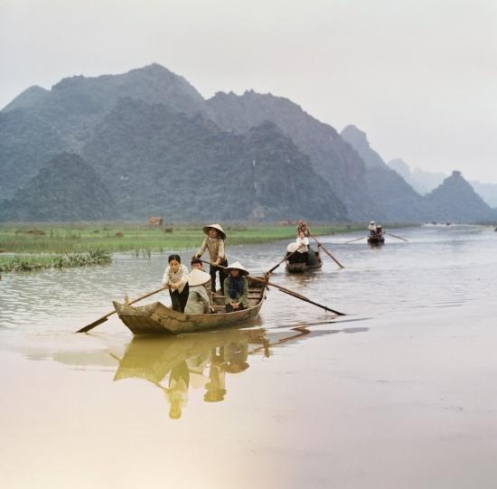 Người dân di chuyển bằng đò trên suối Yến, khu vực chùa Hương.