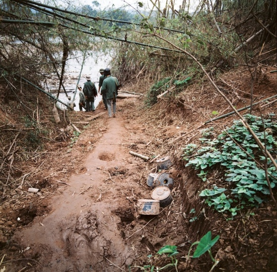 Những quả mìn được đào lên bên một con đường đất, biên giới phía Bắc năm 1979.