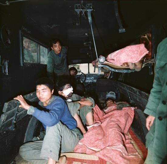 Trên một xe chở thương binh ở biên giới phía Bắc năm 1979.