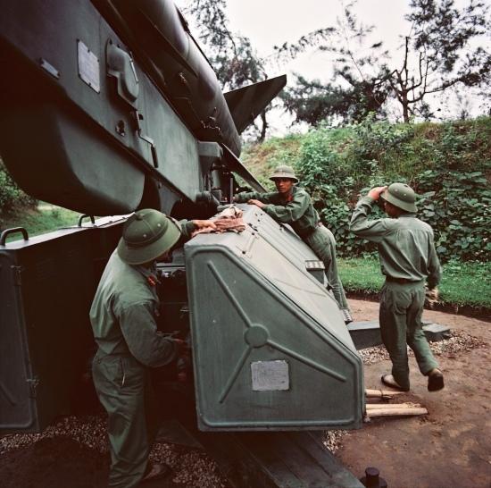 Các chiến sĩ bên bệ phóng tên lửa phòng không .