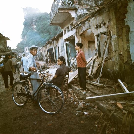 Một khu phố bị bom Mỹ tàn phá.