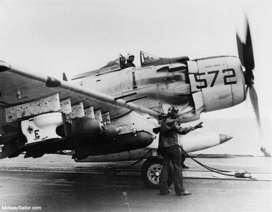 """Chiếc toilet đã được """"chế"""" thành một quả bom với kíp nổ và các cánh đuôi. Nó còn được gắn phù hiệu của Phi đoàn cường kích 25 trước khi gắn lên giá bom của một chiếc Máy bay Skyraider A-1H mang biệt danh """"Con Hổ Giấy II"""".  Phi vụ ném toilet được tiến hành vào ngày 4/11/1965. Phi công lái máy bay thực hiện phi vụ này là Clarence W. Stoddard, Robin Bacon."""
