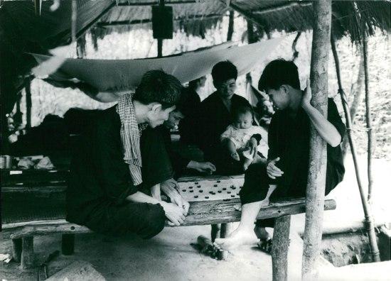 Cảnh sinh hoạt đời thường của các chiến sĩ Giải phóng tại căn cứ Củ Chi, 1967. Cạnh chiếc lều lá có lối dẫn xuống địa đạo.