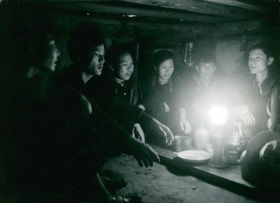 Bữa ăn trong hầm ở Củ Chi, 1967.