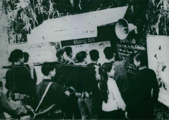 Các chiến sĩ tập trung quanh bảng tin tại căn cứ Củ Chi, 1967.