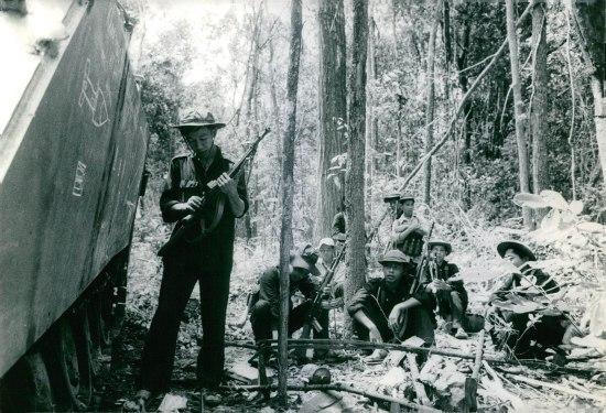 Nghỉ ngơi bên xác xe bọc thép Mỹ, 1967.