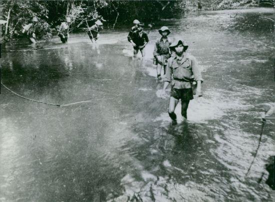 Chiến sĩ du kích vượt sông, 1964.
