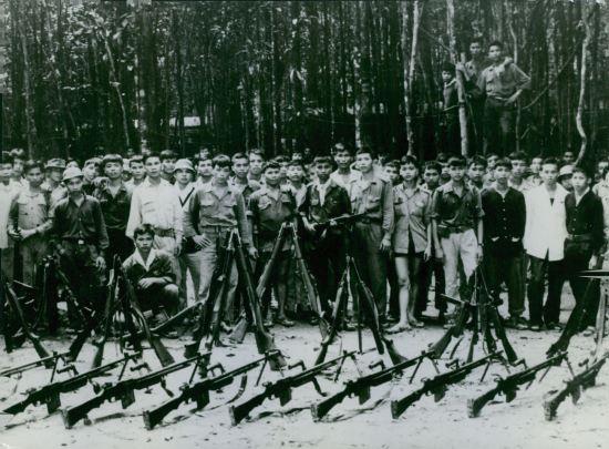 Lực lượng Giải phóng biểu dương lực lượng với các vũ khí thu được từ đối phương tại một căn cứ trong rừng, 1964.