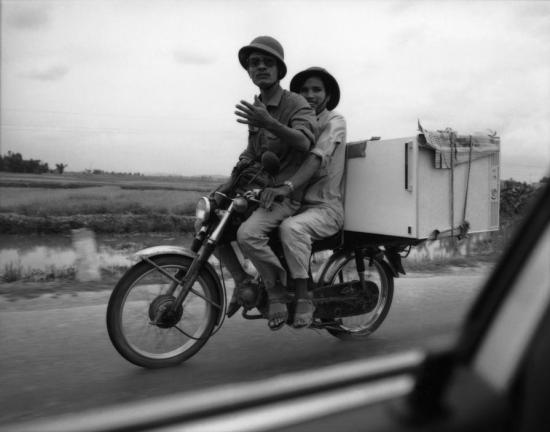 Xe máy chở tủ lạnh chạy trên Quốc lộ 5 giữa Hà Nội và Hải Phòng.