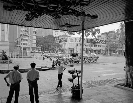Trung tâm TP HCM nhìn từ tiền sảnh khách sạn Continental Sài Gòn.