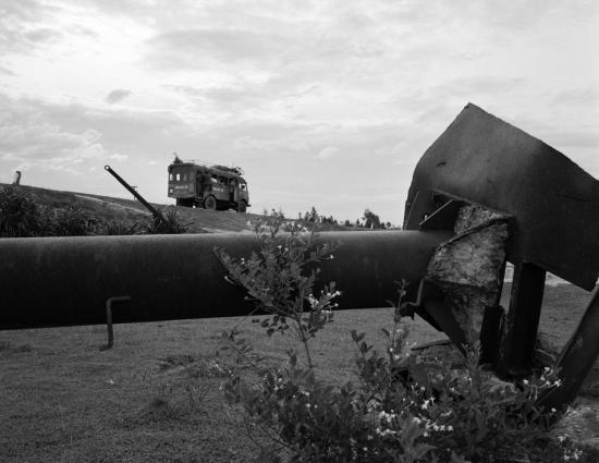 Thiết bị quân sự từ thời kỳ chiến tranh nằm ngổn ngang bên Quốc lộ 1 đoạn chạy qua Quảng Trị.