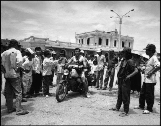 Người dân tụ tập quanh 2 khách du lịch người Mỹ ở trước ga Huế.