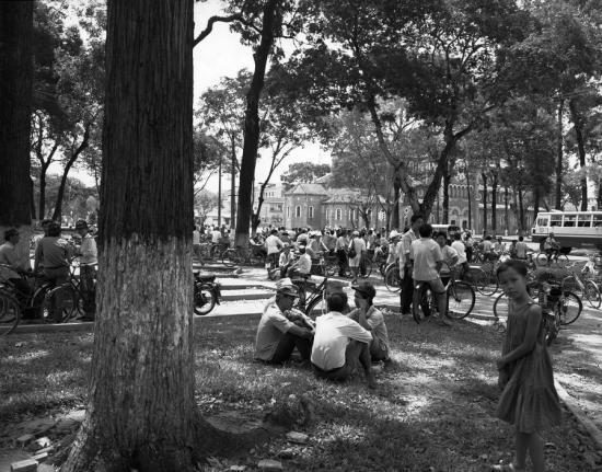 Người dân thư giãn tại công viên 30/4 cạnh nhà thờ Đức Bà, TP HCM.