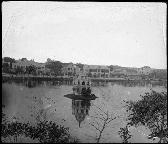 Tháp rùa ở hồ Hoàn Kiếm, Hà Nội năm 1908.