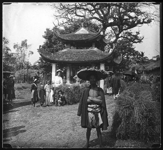 Bà Gabrielle Vassal viếng thăm chợ làng Giấy ở Hà Nội.
