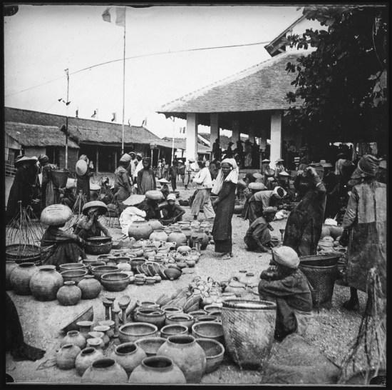 Nơi bày bán đồ gốm của người Chăm tại một khu chợ ở Nha Trang.