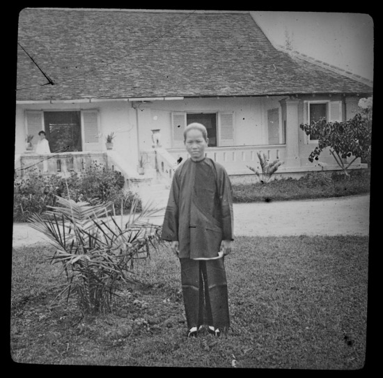 Thiếu nữ An Nam trong vườn nhà bà Gabrielle Vassal ở Nha Trang.