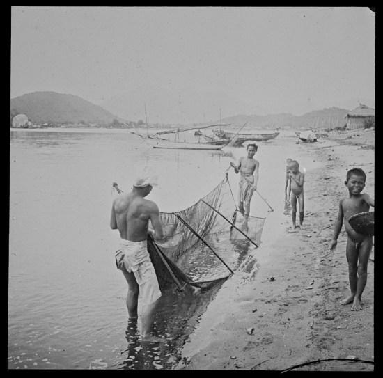 Ngư dân ở Nha Trang mang lưới vào bờ.