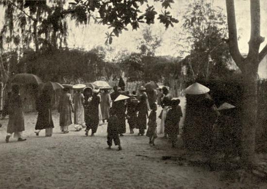 Cảnh rước dâu tại một ngôi làng miền Trung.