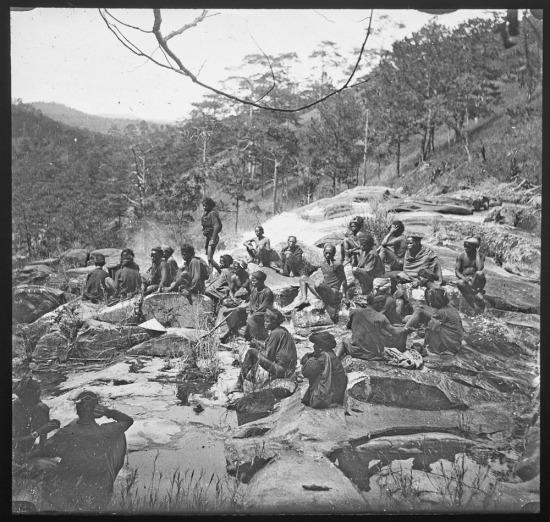 Những người An Nam làm nghề khuân vác trong một chuyến đi Tây Nguyên của người Pháp.