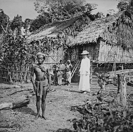 Bà Gabrielle Maud Vassal chụp ảnh lưu niệm trước ngôi nhà của người Thượng ở Đà Lạt.