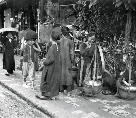 Trên một con phố thương mại tại Hà Nội khoảng năm 1922.