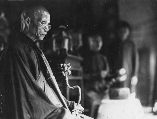 Nhà sư tụng kinh tại chùa Hồng Phúc, Hà Nội năm 1936.