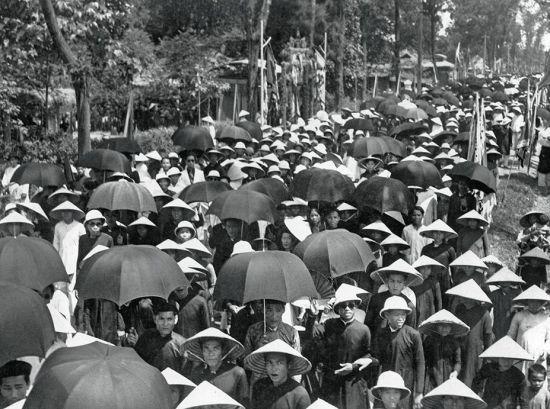 Người dân tham dự lễ tế Nam Giao ở Huế năm 1939.