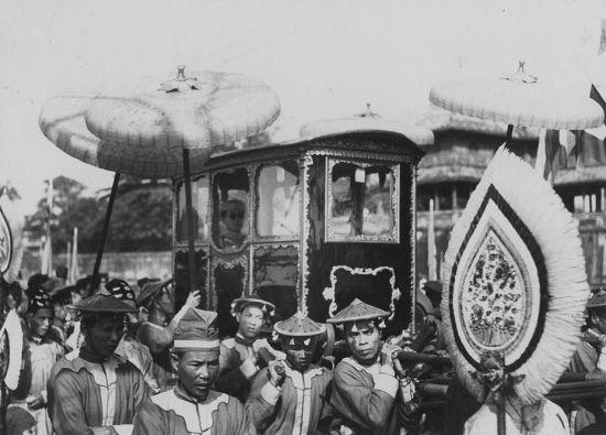 Vua Bảo Đại rời Hoàng cung bằng kiệu ở Huế năm 1936.