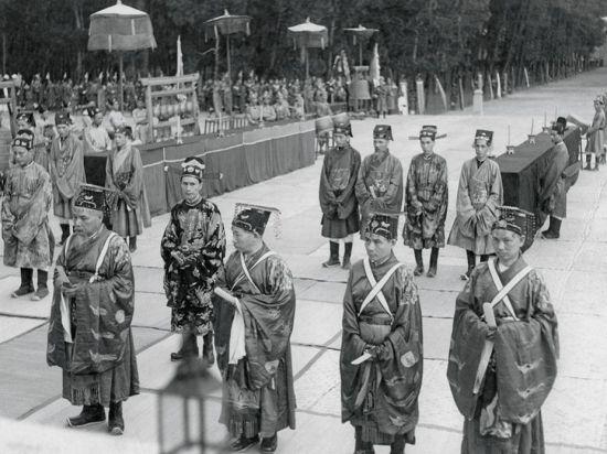 Các quan bồi tự, trợ tế trong lễ tế đàn Nam Giao ở Huế năm 1939.