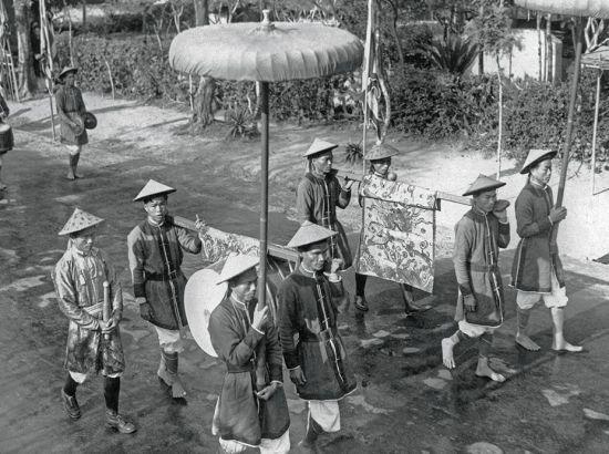 Những người khiêng chiêng, trống và cờ tại đàn Nam Giao năm 1939.