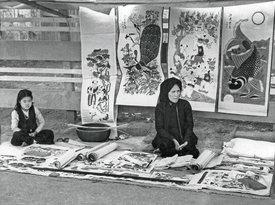 Bà cụ bán tranh Hàng Trống tại Hà Nội năm 1951.