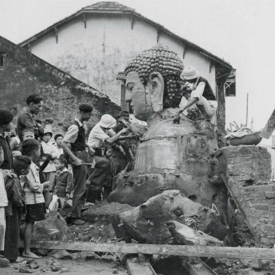 Đúc tượng Phật ở làng Ngũ Xã, Hà Nội năm 1952.