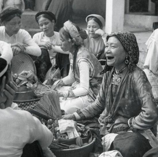 Các bà đồng xem bói trong sân Đền Ghềnh, Hà Nội năm 1953.
