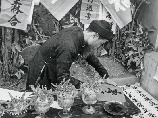 Ông đồ viết câu đối Tết, 1955.