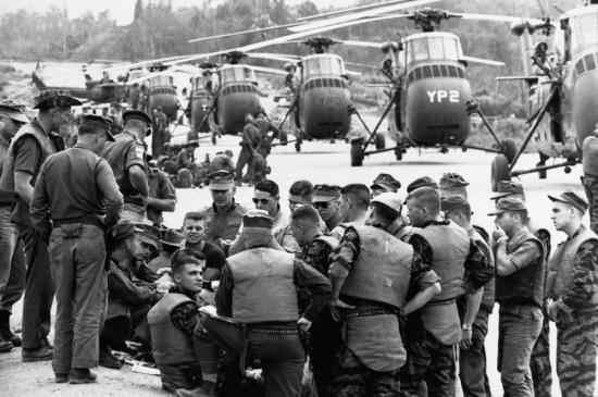 Binh lính thuộc đơn vị trực thăng tham gia buổi họp cuối cùng trước khi tiến hành một nhiệm vụ ngày 31/3/1965: Không vận một tiểu đoàn bộ binh VNCH đến một khu vực bị cô lập cách đó khoảng 20 dặm.